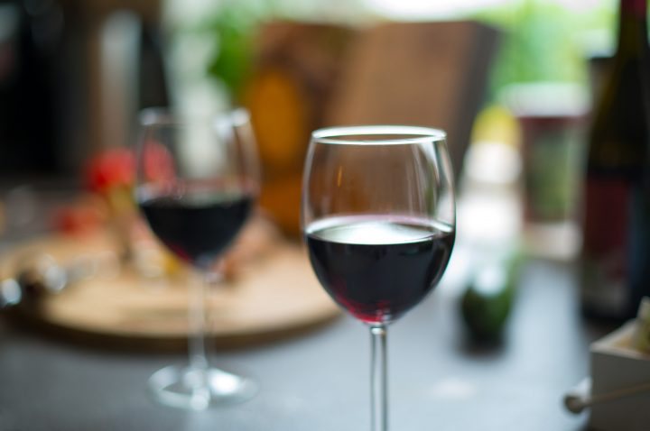 How do tannins affect the flavour of wine?